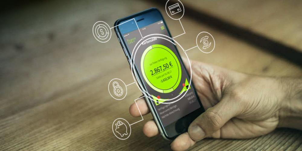 Mann checkt seine Finanzen per App am Smarphone. Lösungen FinanceLIFE