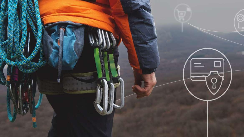 Weckruf PSD2 - Anforderungen der BaFin. Auf dem Bild ist ein Kletterer mit seinem vollem Sicherheitsequipment zu sehen. Besonders auffallend sind die Sicherheitsseile und Karabiner.