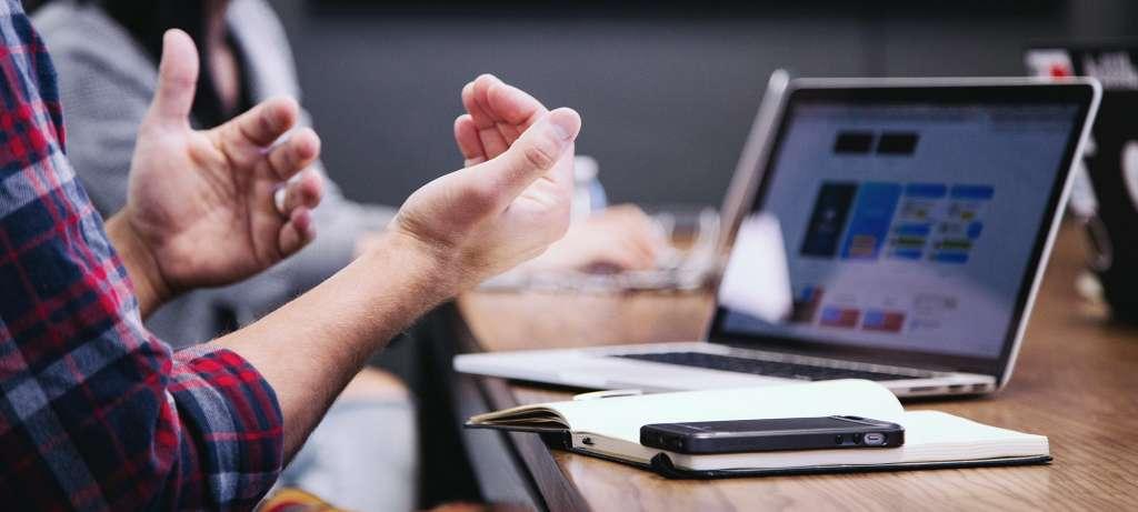 Syngenio Mehrere Personen an einem Tisch vor einer Präsentation. Payment Expert: Senior Business Consultant.