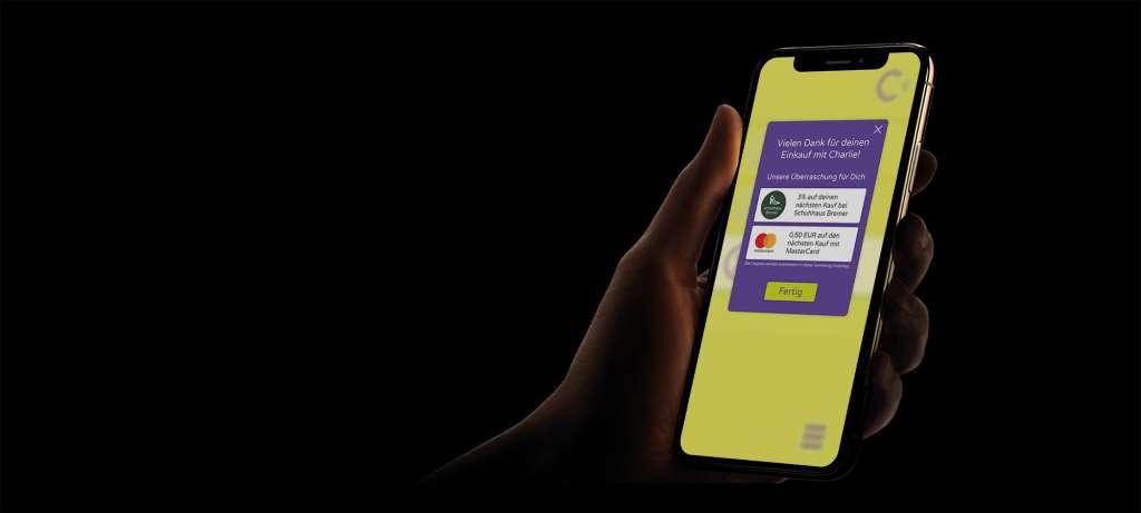 Brgeldlsoe Zahlung am Automaten der der Kasse mit der Bezahl-App Pay with Charlie